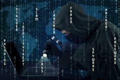 Pirata informatico che ruba informazioni con il codice binario Fotografia Stock