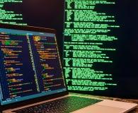 Pirata informatico che ruba parola d'ordine ed identit?, crimine informatico Lotti delle cifre sullo schermo di computer immagine stock libera da diritti