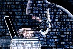 Pirata informatico che scrive su un computer portatile Immagine Stock Libera da Diritti