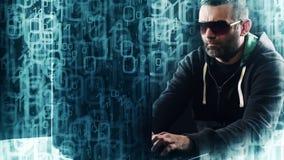 Pirata informatico che scrive sul fondo animato di codice binario della tastiera di computer portatile video d archivio