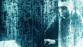 Pirata informatico che scrive sul fondo del nero di codice binario della tastiera di computer portatile video d archivio