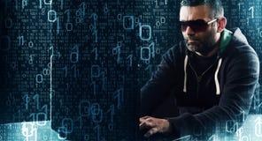 Pirata informatico che scrive sul fondo di codice binario della tastiera di computer portatile Immagine Stock