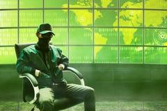 Pirata informatico che si siede nella stanza Fotografia Stock Libera da Diritti