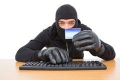 Pirata informatico che usando carta per rubare identità Fotografia Stock