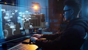 Pirata informatico che usando virus informatico per l'attacco cyber archivi video