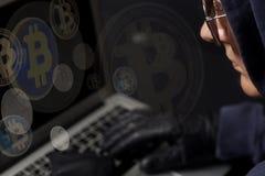 Pirata informatico cripto con il computer portatile e i bitcoins Concetto di incisione criminale di Internet fotografia stock