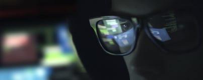 Pirata informatico del nerd con i vetri nello scuro fotografia stock libera da diritti