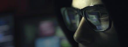 Pirata informatico del nerd con i vetri nello scuro immagine stock libera da diritti
