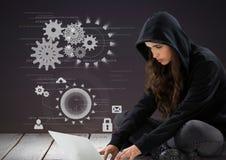 Pirata informatico della donna che per mezzo di un computer portatile davanti a fondo porpora con le icone digitali Fotografie Stock Libere da Diritti