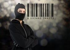 Pirata informatico della donna con il cappuccio davanti a fondo grigio con un codice a barre Fotografia Stock