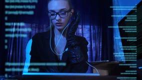 Pirata informatico della ragazza che lavora con il codice macchina stock footage