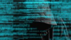 Pirata informatico di computer anonimo incappucciato anonimo con il codice di programmazione dal monitor
