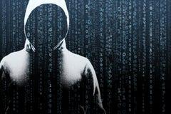 Pirata informatico di computer anonimo sopra fondo digitale astratto Fronte scuro oscurato in maschera e cappuccio Ladro di dati, fotografia stock libera da diritti