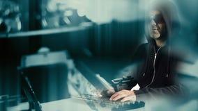 Pirata informatico di computer che incide sicurezza cyber archivi video