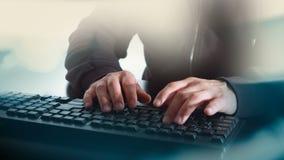 Pirata informatico di computer che scrive sulla concezione della tastiera video d archivio