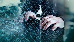 Pirata informatico di computer che scrive sulla tastiera, sicurezza cyber video d archivio