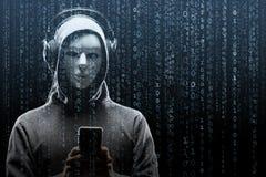 Pirata informatico di computer nella maschera e maglia con cappuccio sopra fondo binario astratto Fronte scuro oscurato Ladro di  fotografia stock libera da diritti