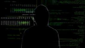 Pirata informatico maschio nell'informazione confidenziale nera di osservazione, problema cyber di crimine video d archivio