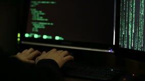 Pirata informatico professionista che lavora alla notte, provante a rompersi nel sistema, cibercrimine stock footage