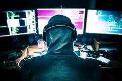 Pirata informatico professionista sul lavoro Immagini Stock Libere da Diritti