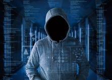 Pirata informatico vuoto del fronte nella stanza del server Fotografie Stock Libere da Diritti