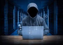 Pirata informatico vuoto del fronte nella stanza del server Fotografia Stock