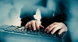 Pirata informático del hombre de ordenador que mecanografía en el teclado Imágenes de archivo libres de regalías