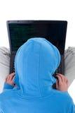 Pirata informático joven con la computadora portátil - visión superior Imagenes de archivo
