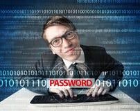 Pirata informático joven del friki que roba contraseña Imagenes de archivo