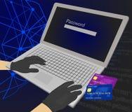 Pirata informático que intenta incorporar la contraseña con las tarjetas de crédito al lado de su ordenador portátil usando ellas Foto de archivo libre de regalías