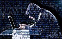 Pirata informático que mecanografía en un ordenador portátil Imagenes de archivo
