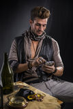 Pirata mężczyzna z telefonu komórkowego obsiadaniem stołem Fotografia Stock