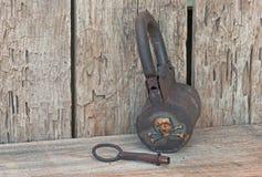 Pirata skarbu kędziorek & klucz na starej drewnianej półce Obraz Royalty Free