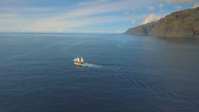 Pirata statek żegluje wzdłuż osamotnionej wyspy przy zmierzchem zbiory wideo