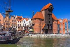 Pirata statek i historyczny portowy żuraw przy Motlawa rzeką Zdjęcia Stock