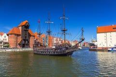 Pirata statek i historyczny portowy żuraw przy Motlawa rzeką Zdjęcie Royalty Free