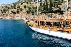 Pirata statek przy plażą Cleopatra Zdjęcie Stock