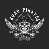 Piratas del camino Cráneo humano en sombrero del pirata con los pistones y las alas cruzados Diseñe el elemento para el logotipo, ilustración del vector