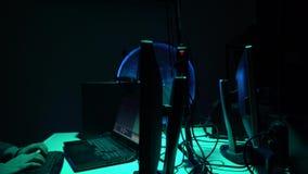 Piratas informáticos que hacen fraude del cryptocurrency usando software del virus e interfaz del ordenador Cyberattack de Blockc almacen de metraje de vídeo