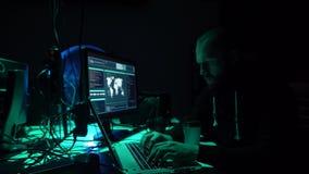 Piratas informáticos que hacen fraude del cryptocurrency usando software del virus e interfaz del ordenador Cyberattack de Blockc almacen de video