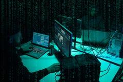 Piratas informáticos queridos que cifran el ransomware del virus usando los ordenadores portátiles y los ordenadores Ataque ciber foto de archivo libre de regalías