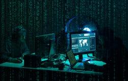 Piratas inform?ticos queridos que cifran el ransomware del virus usando los ordenadores port?tiles y los ordenadores Ataque ciber fotografía de archivo libre de regalías