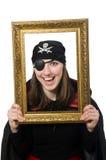 Pirate féminin dans le manteau noir tenant le cadre de photo Photographie stock libre de droits