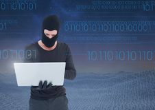 Pirate informatique à l'aide d'un ordinateur portable devant des nombres numériques Image libre de droits