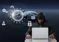 Pirate informatique à l'aide d'un ordinateur portable devant les graphiques numériques Photographie stock libre de droits