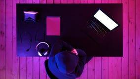 Pirate informatique à l'aide du smartphone mobile appelant pour la victime et volant l'information personnelle par des données sc images stock