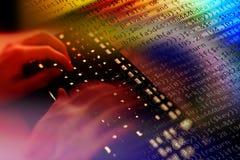 Pirate informatique écrivant le code malveillant Photographie stock libre de droits