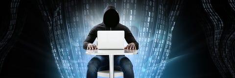 Pirate informatique anonyme avec l'interface de binaire de code informatique image stock