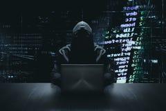 Pirate informatique anonyme avec sa cybercriminalité d'ordinateur photos libres de droits