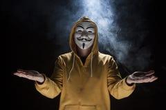 Pirate informatique anonyme d'activiste avec le tir de studio de masque photographie stock